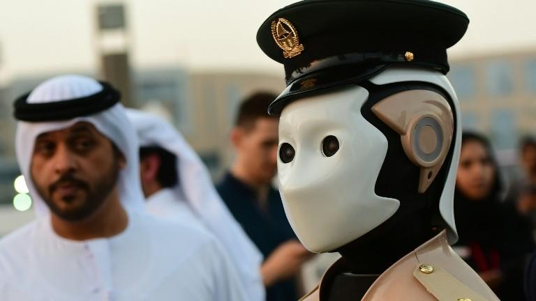 Un robot obtient un badge officiel de la police aux Emirats Arabes Unis